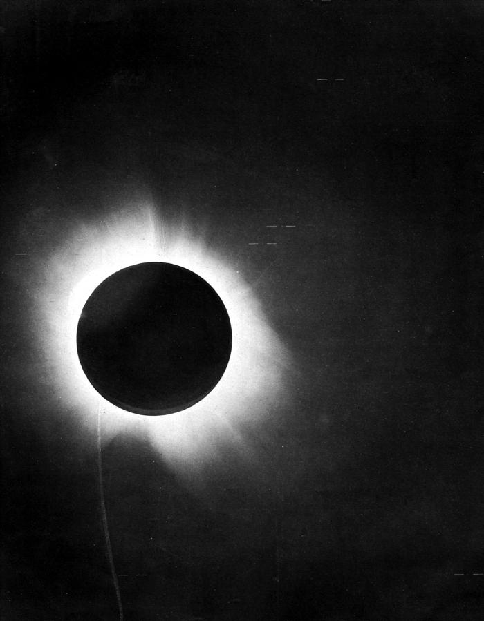 L'éclipse de soleil du 29 mai 1919 photographiée par l'expédition de Sir Arthur Eddington depuis la côte ouest de l'Afrique.