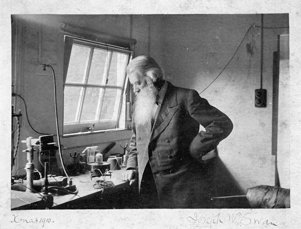 Joseph Swan dans son laboratoire, Noël 1910.