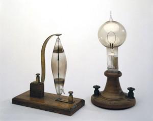 Un prototype de lampe Swan (à gauche) et la première lampe Edison (à droite).