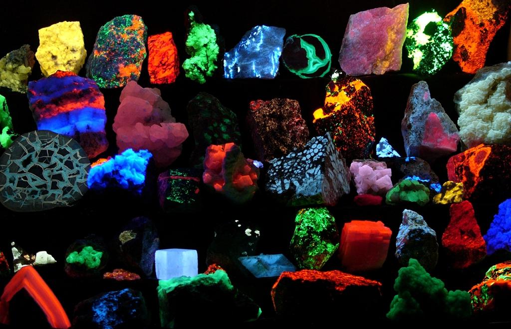 Les minerais fluorescents émettent une lumière visible lorsqu'ils reçoivent des rayonnements ultra-violets.