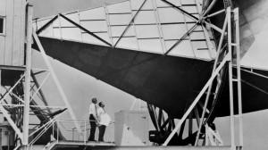 Arno Penzias et Robert Wilson devant le radiotélescope de Crawford Hill, 1964.