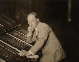 Thomas Wilfred devant une version du Clavilux, vers 1928-1930.